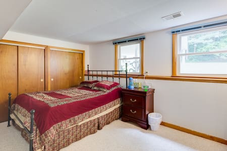 Private bedroom with access to entire lower level - Framingham - Ház