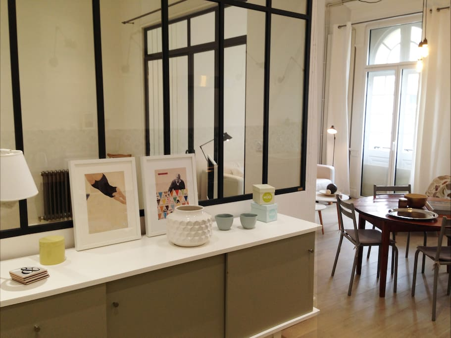 """Vue d'ensemble de l'appartement. Les grandes fenêtres de style """"orangerie"""" de la bâtisse apportent beaucoup de clarté"""