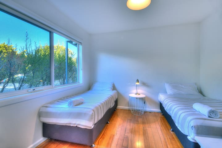 3r bedroom with 2 single beds