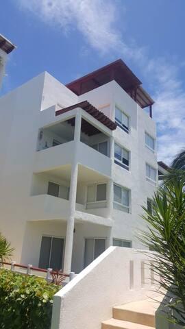 Habitación amplia privada con baño completo.