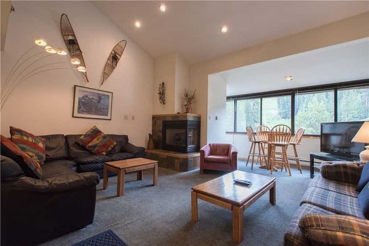 Ski-in/Out condo great for families. Complimentary WiFi, parking. - Copper Junction 404