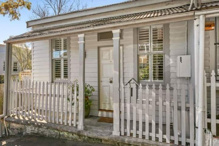 Charming Cottage in Ideal Street in Edgecliff