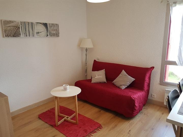 studio rouge et bois avec petit déjeuner