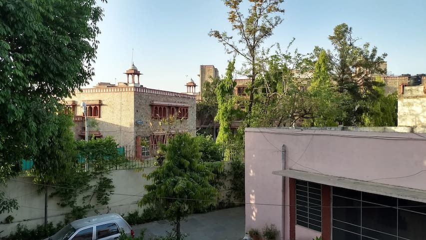 Budget Friendly Stay in Bani Park - Jaipur - Huis