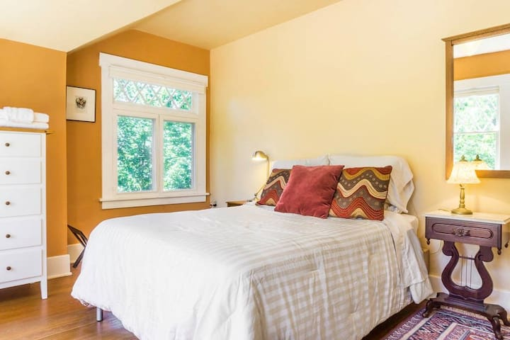 Orange Bedroom in Garden oasis