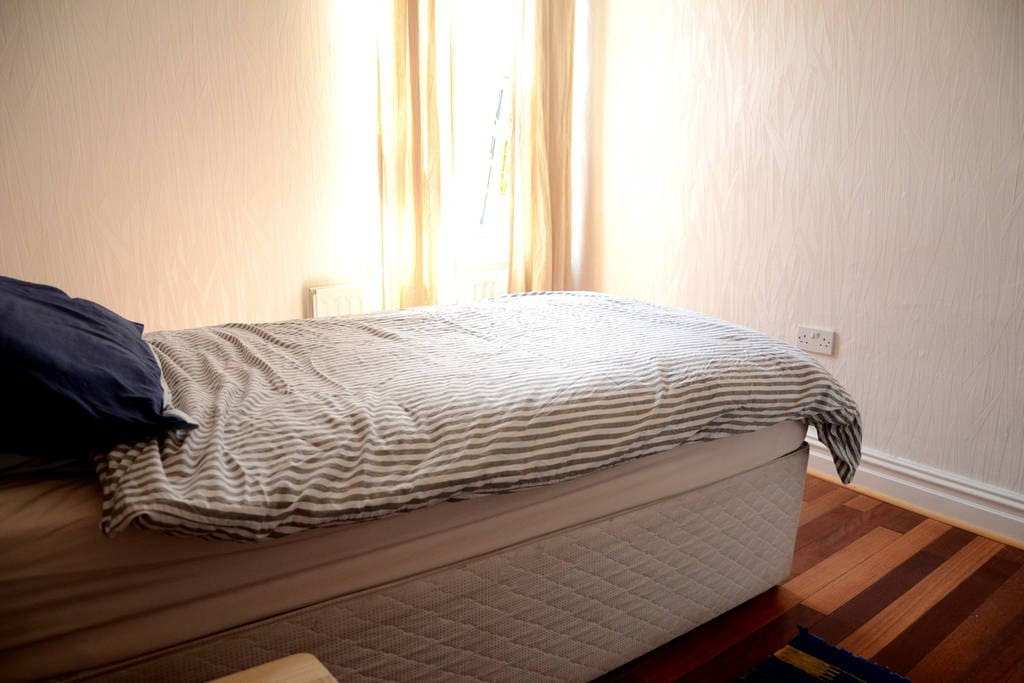 Double bedroom with single bed