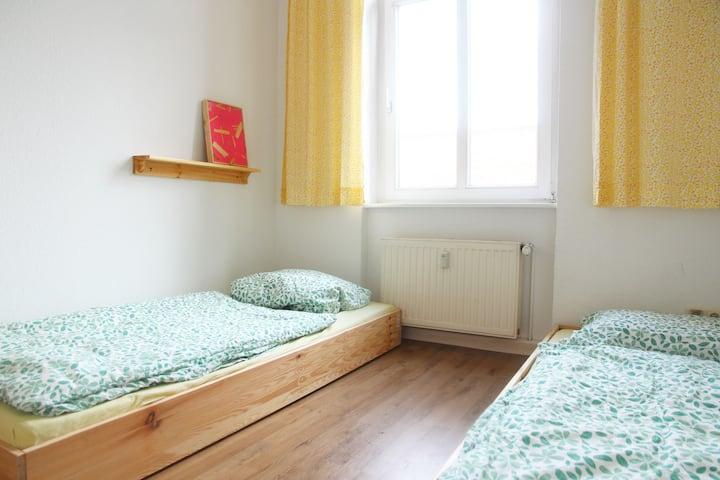 Kleines gemütliches Zimmer in Altbau-WG