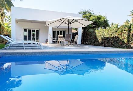 Casa en Club Santiago con alberca cerca dela playa