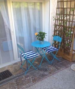 Studio attenant à la villa ,entrée indépendante - Lodève - Huis