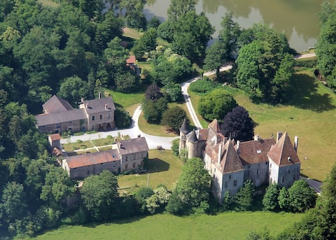13ha estate with Midieval castle, near Beaune, F