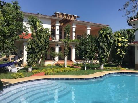漂亮的大房子,靠近IRTRA公园,设有泳池