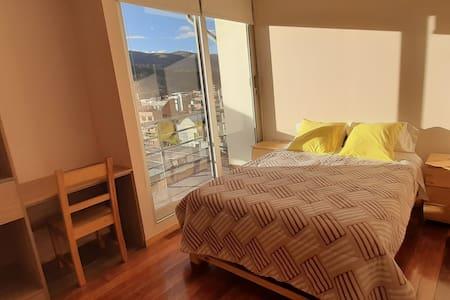 """Habitación """"6C"""" (Matrimonial: montañas y ciudad)"""