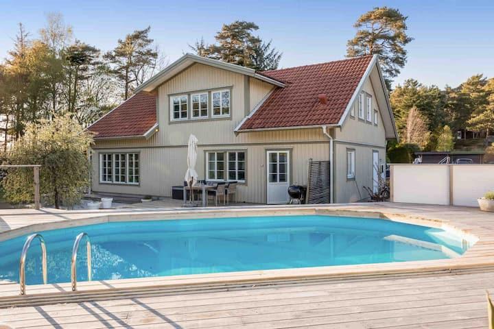 Havsnära stort hus med pool