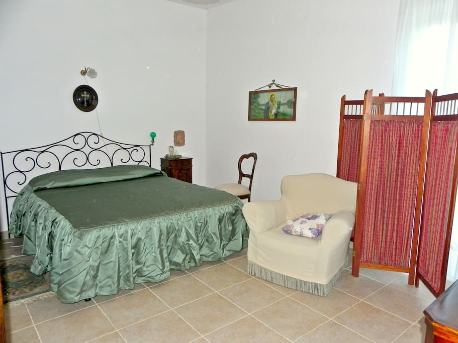 Spacious doble bedroom with TV