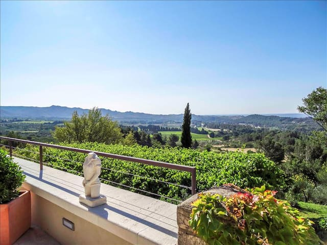 With magnificent views of the Alpilles