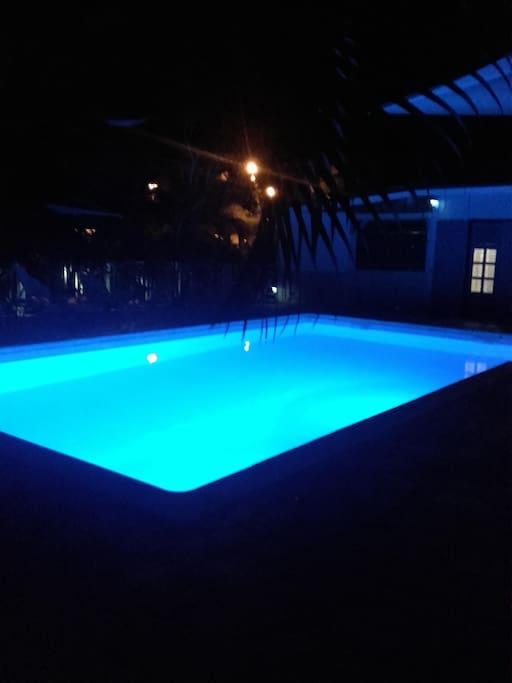 piscine éclairée la nuit