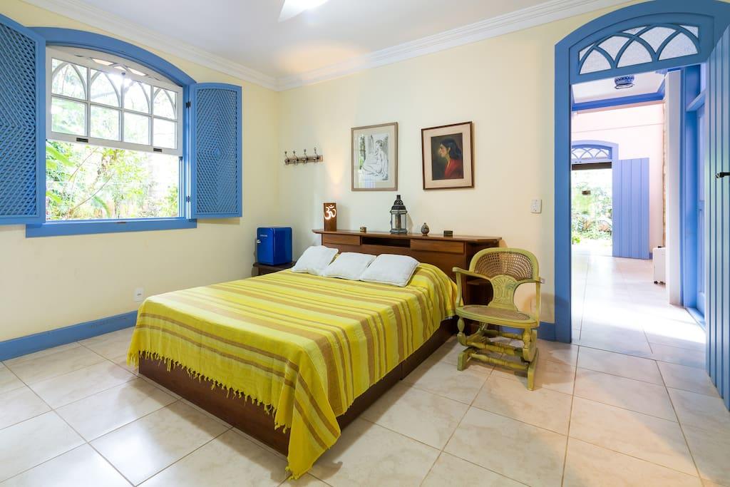 Cama de casal da suíte standart (possui ventilador de teto e sua janela dá vista para o pomar)