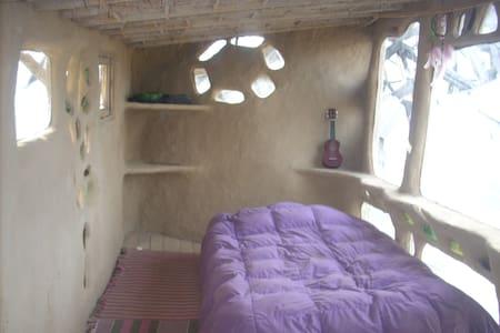Habitación en Eco Hostel construido de Barro