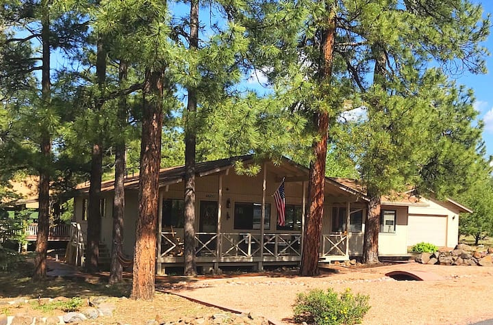 Escape to this cozy cabin in the pines cul-de-sac!