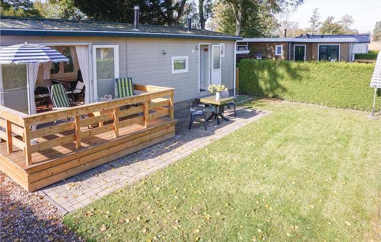 Holiday cottage with 2 bedrooms on 35m² in Tzummarum