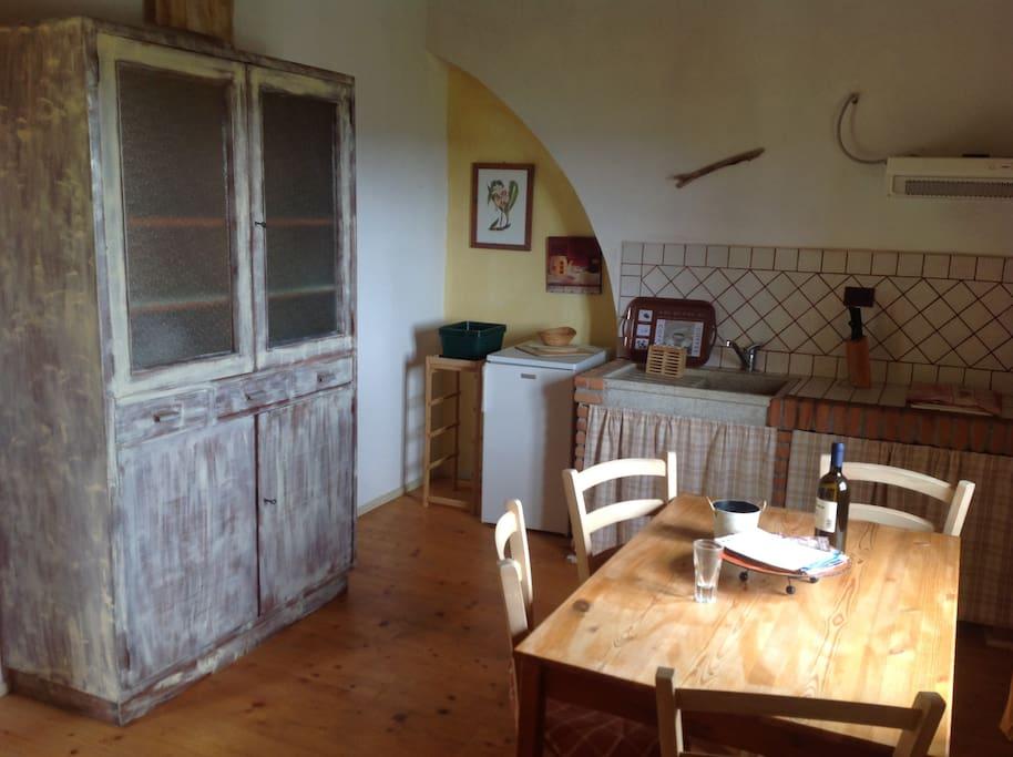 Soggiorno e angolo cottura. Dining room and kitchen corner