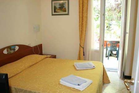 Camera con giardino fiorito - Monterosso al Mare
