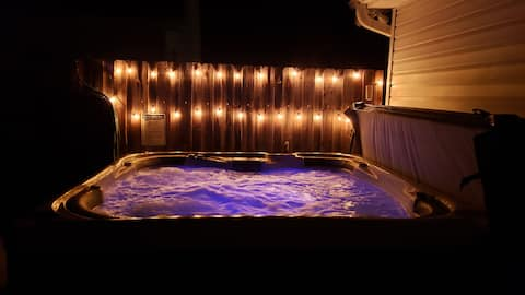 The Sheridan Luxury Modern Cozy Getaway Hot Tub