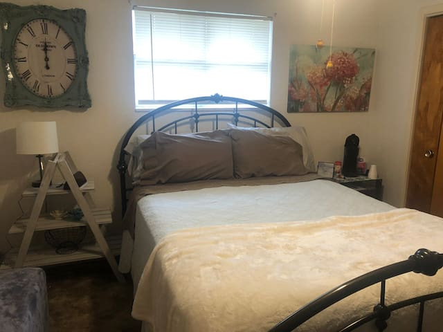 In Portales, Queen bed - Rm #2