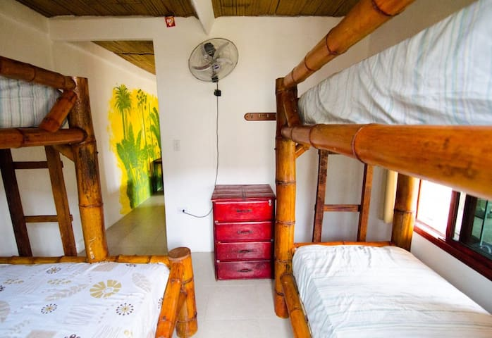 Single bed in a lovely dormitory - Montañita - Bed & Breakfast