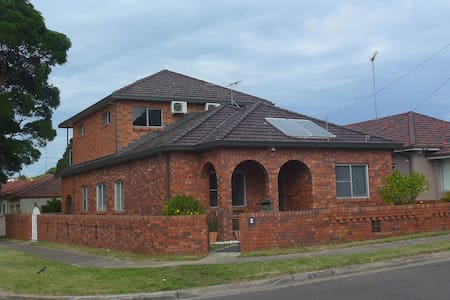 Holiday Accommodation in Sydney. - Arncliffe - Huis