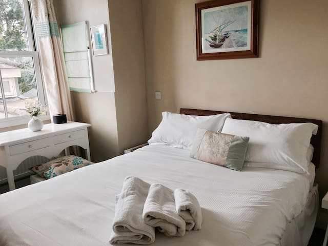Cosy double room with en-suite bathroom and free WiFi