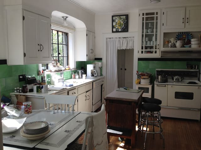 1940's Basement Apartment Rooms in Historic Home! - Bloomington - Apartamento