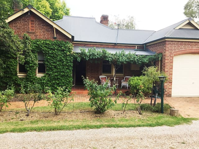 Charming parkside cottage in Mudgee