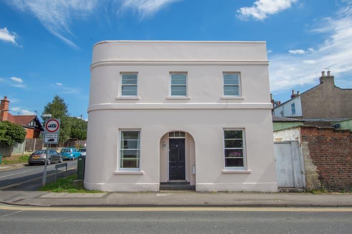 Cheltenham Town - 3 Bedroom Detached house