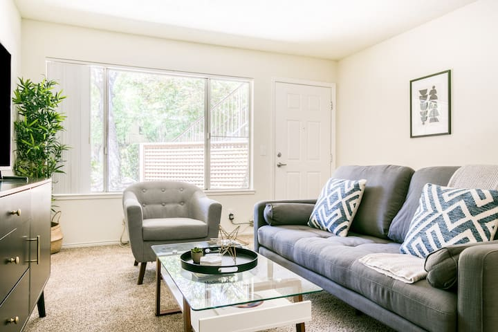 Chic Furnished 2BR in Walnut Creek, Parking + Pool