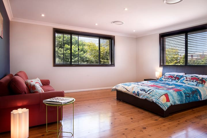 Spacious bright modern room w spa, private garden - Balgowlah - House