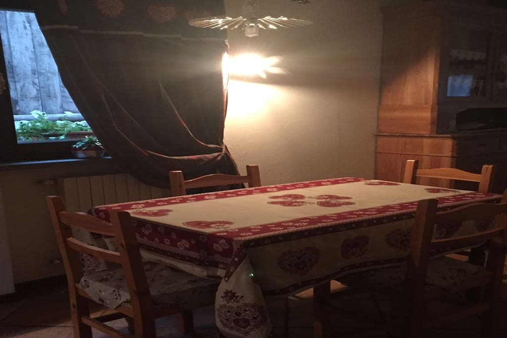 sala da pranzo con angolo cottura accessoriato