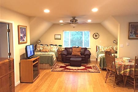 Apartment above freestanding garage - Nevada City - Byt