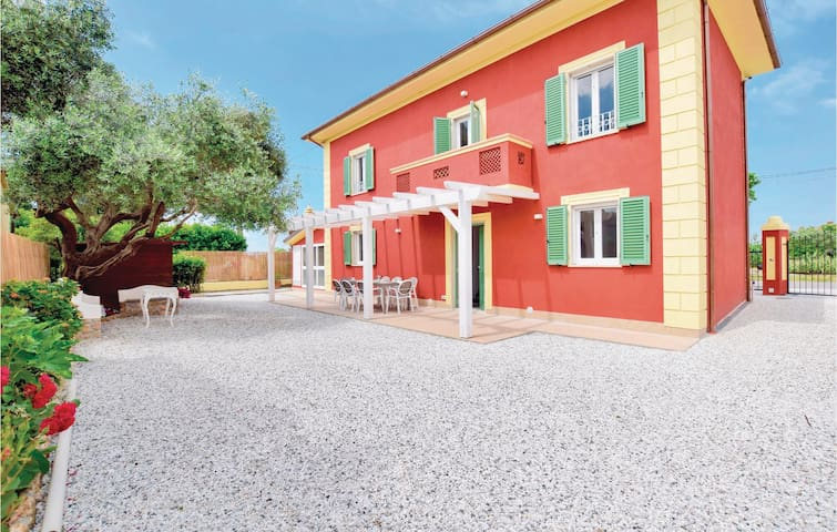 Holiday cottage with 4 bedrooms on 110m² in Capezzano LU