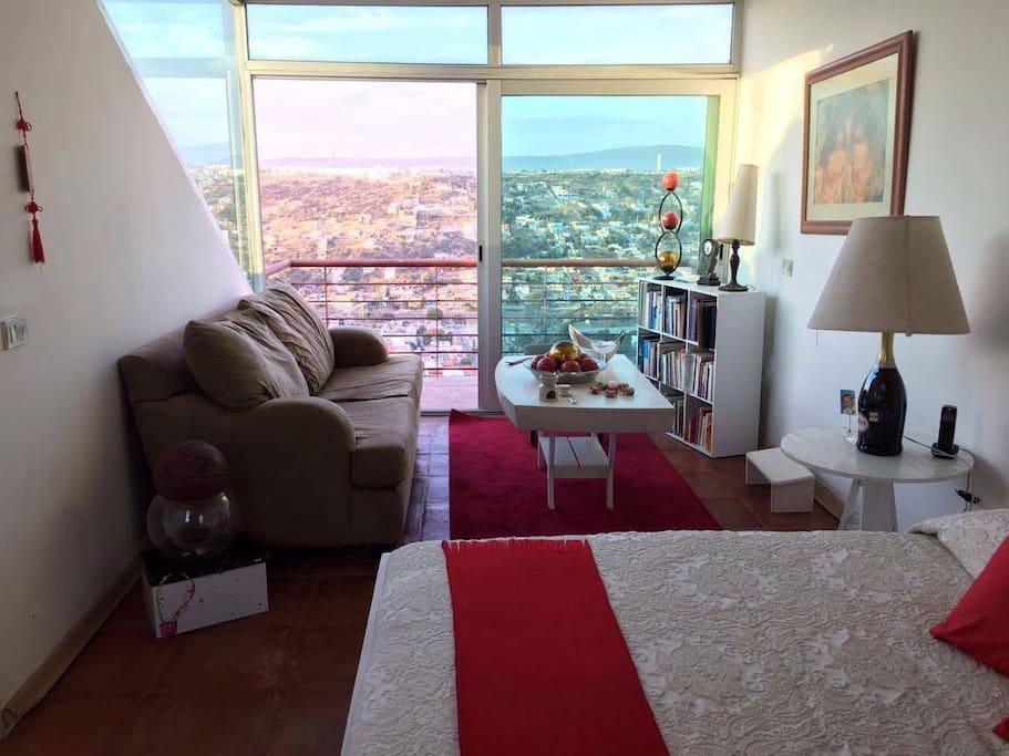 Suite con balcón y vista panorámica, cama matrimonial y baño privado