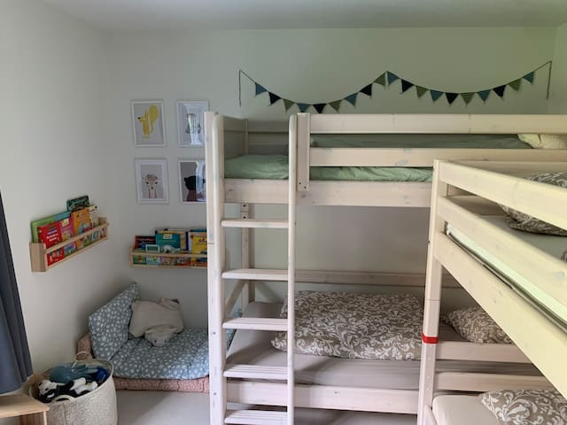 Kinderzimmer mit zwei Etagenbetten