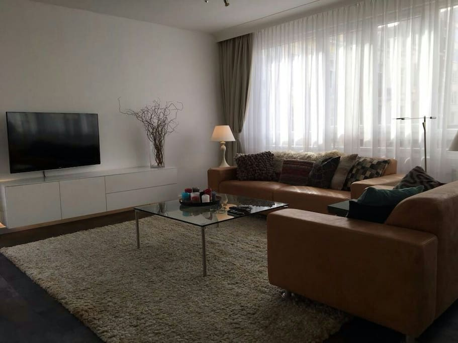 Comfortable lounge with lots of daylight, full HD-TV and wifi