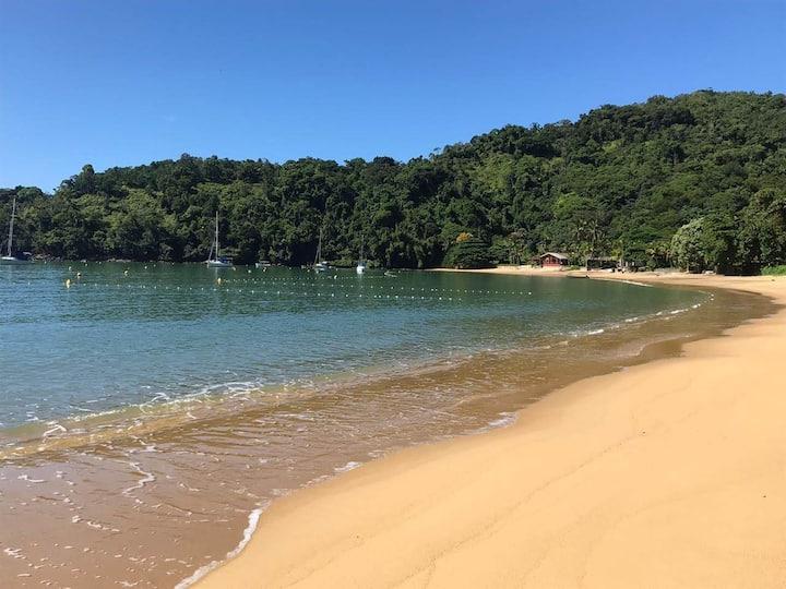 Casa gostosa em praia  calma e pequena