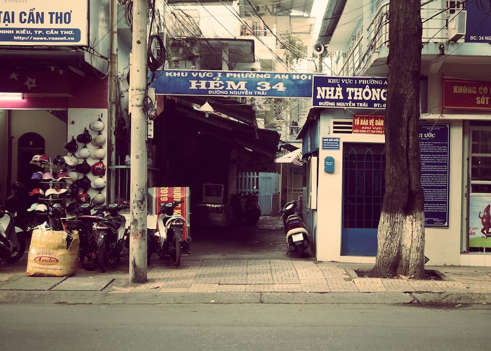 """The small path to access to our HomeStay. Please note """"Hẻm 34"""", street Nguyễn Trãi in Vietnamese ->"""
