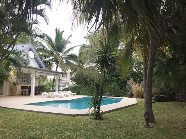 Villa créole avec piscine et son jardin exotique