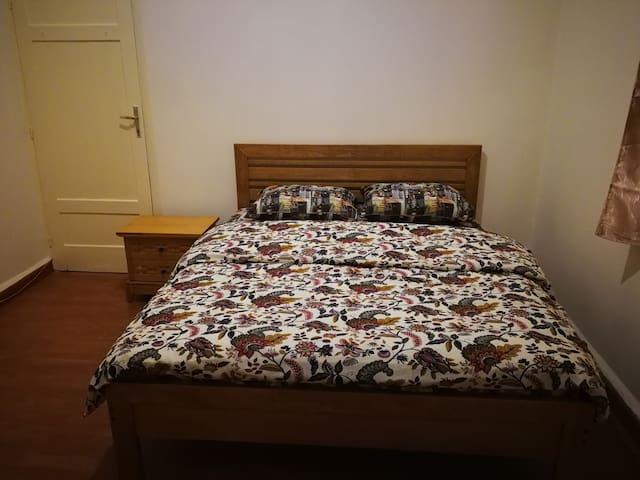 Private queen room in Hamra calm apartment