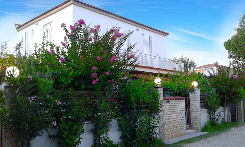 VILLA MAROULA • 80m from the beach - Kourouta - Huis