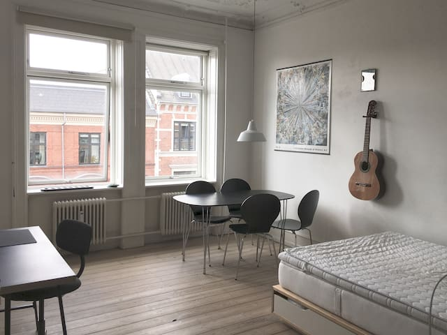 Lyst værelse perfekt beliggende på Indre Nørrebro!