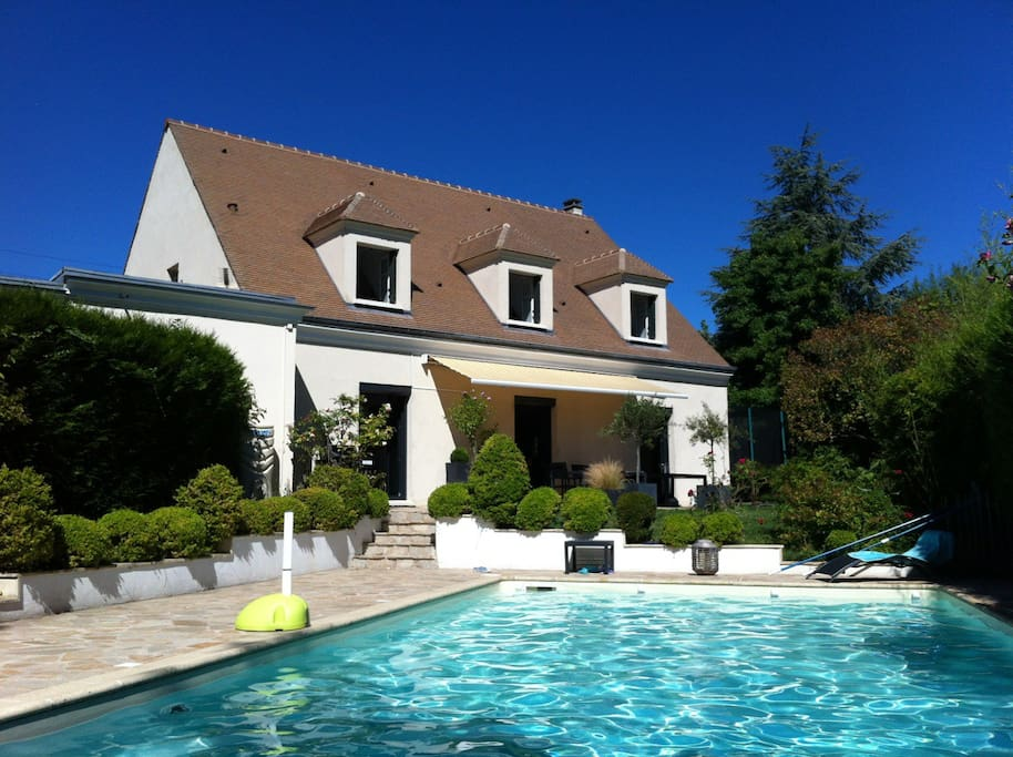 maison jardin piscine entre paris et versailles houses for rent in bougival le de france france. Black Bedroom Furniture Sets. Home Design Ideas