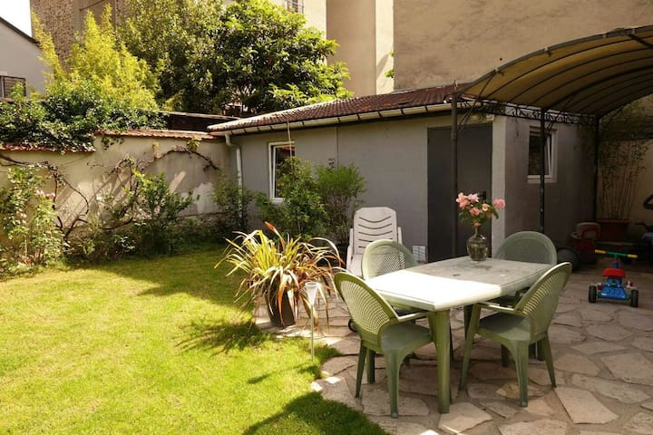 15 minutes from Paris centre, a nice green studio